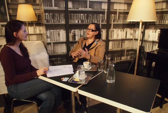 Silke Ruprechtsberger spricht mit der Richterin Lilian Hofmeister