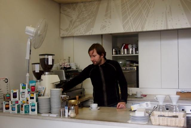 Tobias Radinger in seiner Kaffeefabrik in Wien
