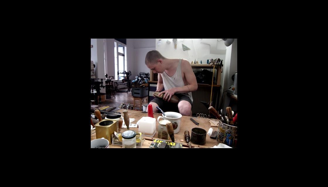Lukas Biermann in der  Maßschuhwerkstatt Wieselnmann in Wien