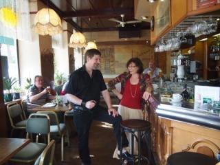 Wirtin Ruth Binder und Autor Harald Pesata unterhalten sich an der Bar im Traditionscafe Industrie in Wien