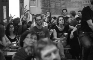 Beim Poetry Slam im Cafe Industrie ist das Lokal bis auf den letzten Platz besetzt.