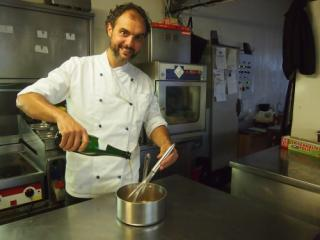 Der Chefkoch des Badeschiffs, Sandro Balogh, kocht gerne mit Bier