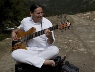 Der kolumbiansch-österreichische Bassist Juan Sebastian Garcia Herreros